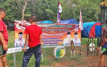 Anggota kontingen Kwarcab Pramuka Kota Palangka Raya membersihkan lingkungan kemah pada kegiatan Raimuna Nasional 2017 di Cibubur.