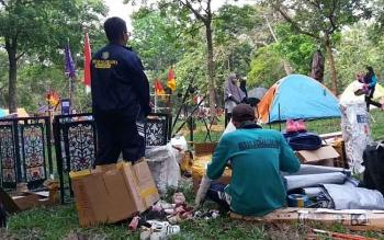 Anggota Kontingen Kwarcab Pramuka Kota Palangka Raya membersihkan lingkungan kemah pada kegiatan Raimuna Nasional 2017 di Cibubur, Jakarta Timur, Minggu (13/8).