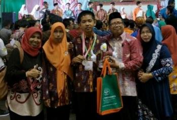 Fauzan Fikri, siswa MTsN 1 Kota Palangka Raya, berhasil meraih medali perak pada Kompetisi Sains Madrasah tingkat nasional yang diselenggarakan di Yogyakarta, pekan lalu.