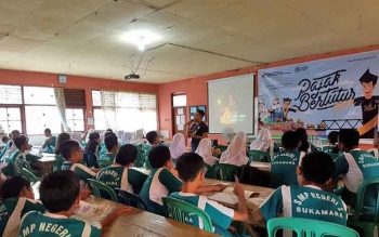 Pejawai KP2KP Kabupaten Sukamara saat menggelar program Pajak Bertutur di SMPN 1 Sukamara, pekan lalu.