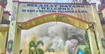 SDN 4 Menteng, Kota Palangka Raya, saat terbakar Juli 2017.