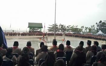 Upacara peringatan Hari Pramuka yang ke-56 di Bumi Perkemahan Panglima Batur, Desa Trahean, Kecamatan Teweh Selatan, Kabupaten Barito Utara, Senin (14/8/2017), berlangsung di bawah guyuran hutan.