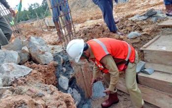 Bupati Gunung Mas Arton S Dohong meletakan batu pertama pembangunan Rumah Sakit Pratama di Tumbang Talaken, Kecamatan Manuhing, Senin (14/8/2017).