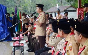 Bupati Barito Utara Nadalsyah saat membaca sambutan pada peringatan Hari Pramuka yang ke-56 di Bumi Perkemahan Panglima Batur, Desa Trahean, Kecamatan Teweh Selatan, Senin (14/8/2017).