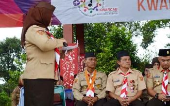 Ketua panitia Hari Pramuka ke 56, Sunarty saat membacakan sambutan pada kegiatan penutupan kegiatan peringatan hari pramuka