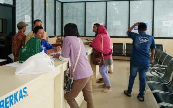 Sejumlah warga sedang mengurus administrasi kependudukan di Disdukcapil Kotim beberapa waktu lalu.