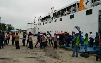 Sejumlah penumpang sedang antri untuk masuk ke dalam kapal dsri PT Darma Lautan Utama (DLU) beberapa waktu lalu.