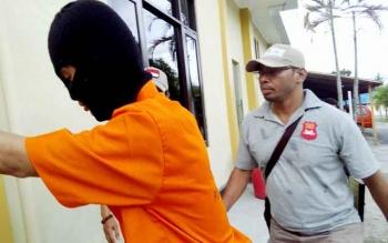 Jefry alias Jeje digiring aparat Polres Palangka Raya menuju ruang tahanan