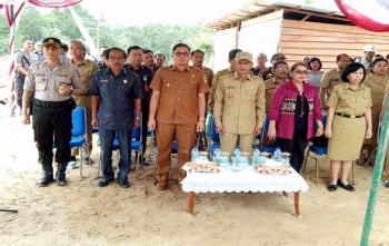 Ketua DPRD Gunung Mas, Gumer (dua dari kiri) menghadiri peletakan batu pertama pembangunan rumah sakit pratama, Senin (14/8/2017)
