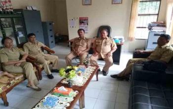 Camat Rungan Barat Ngeok T Rasad (tiga dari kiri) berbincang dengan wartawan, Senin (14/8/2017)