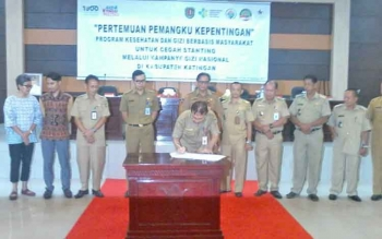 Kepala Bappelitbang Katingan Wim Ngantung menandatangani naskah perjanjian untuk cegah stanting disaksikan para camat dan pejabat lainnya, Senin (14/8/2017).