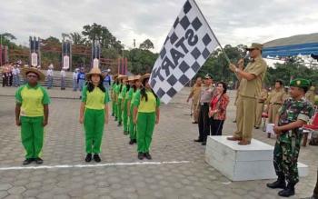 Wakil Bupati Gumas Rony Karlos melepas peserta lomba gerak jalan dalam rangka memeriahkan HUT ke-72 kemerdekaan Indonesia di Taman Kota Kuala Kurun, Selasa (15/8/2017).