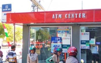 ATM di seberang RSUD dr.Doris Sylvanus Ricuh, mesin ATM diganjal tusuk gigi.