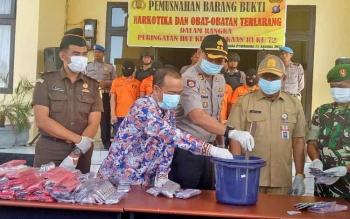 Kapolres Seruyan AKBP Nandang Mukmin Wijaya bersama unsur Muspida saat memusnahkan barang bukti narkotika dan obatan terlarang, Senin (15/8/2017).