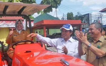 Bupati Kobar Nurhidayah bersama anggota Komisi IV DPR-RI Hamdani dan Kepala DTPHP Kobar Kamaludin saat melakukan tes mesin traktor roda 4 bantuan pada kelompok tani di halaman Kantor DTPHP Kobar, Selasa (15/8/2017)