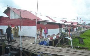 Bupati Sukamara, Ahmad Dirman saat meresmikan kampung merah putih yang berlokasi di Kelurahan Mendawai Sukamara.