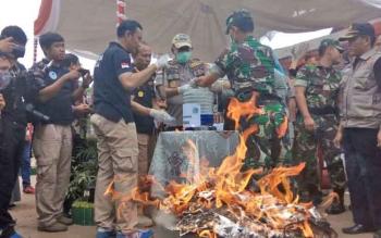 Kapolda Kalteng Brigadir Jenderal Anang Revandoko, Danrem 102/Pjg Kolonel Arm M Naudi Nurdika dan pejabat lainnya memusnahkan sabu.
