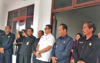 Ketua DPRD Gumas, Gumer (kanan) saat menghadiri kegiatan Pemkab Gumas.