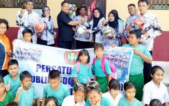 Sejumlah peserta didik ikut berbahagia mendapat bantuan alat olahraga dari PGRI Kota Palangka Raya, Selasa (15/8/2017).