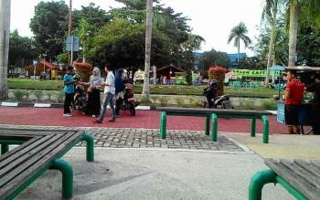 Taman kota di Jalan Yos Sudarso, Palangka Raya, seharusnya menjadi lokasi bebas parkir. Namun kenyataannya ada saja pihak tidak bertanggung jawab yang menagih uang parkir kepada pengunjung.