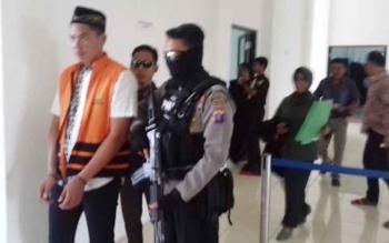Irfan terdakwa kasus persetubuhan saat digiring petugas menuju sel.