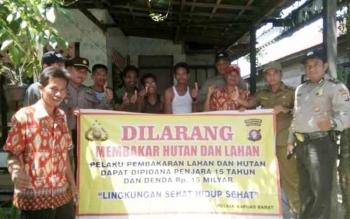 Kapolsek Kapuas Barat Iptu Arif Miftahul Huda berfoto bersama masyarakat Desa Pantai.