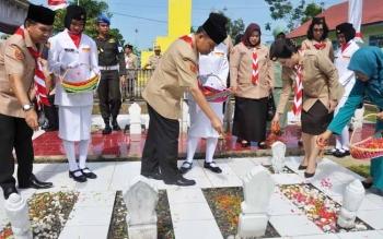 Bupati Kapuas Ben Brahim saat ziaraj ke Taman Makam Pahlawan, Selasa (15/8/2017).