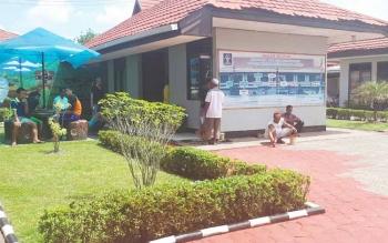 Warga binaan pemasyarakat (WBP) Lapas Klas IIb Sampit mengecat lingkungan lembaga bernuansa merah putih.