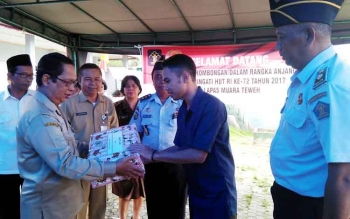 Asisten Setda Barito Utara Fauzul Risma menyerahkan bantuan kepada warga binaan Lapas Kelas IIB Muara Teweh, Selasa (15/8/2017)
