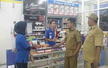 Lurah Bukit Tunggal, Heri Fauzi berdialog dengan karyawan toko modern, Selasa )15/8/2017)