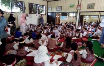 Puluhan murid sedang belajar