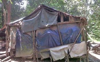 Kondisi gubuk yang dihuni 10 jiwa di Desa Mintin.