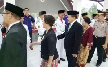 Wakil Ketua DPRD Gumas Punding S Merang (tiga kiri) menyalami anggota Paskibra saat prosesi pengukuhan, Selasa (15/8/2017).