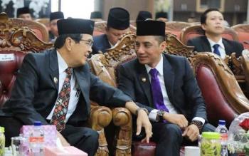Bupati Kotim Supian Hadi saat berbincang dengan Wakil Bupati Taufiq Mukri, Rabu (16/8/2017).