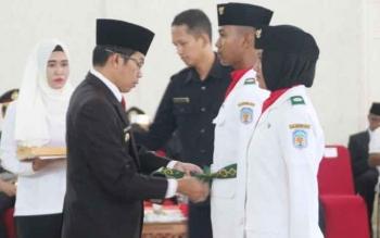 Bupati Murung Raya, Perdie M Yoseph saat mengukuhkan anggota Paskibra Murung Raya di GPU Tira Tangka Balang, Rabu (16/7/2017).