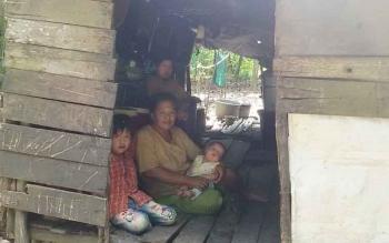Keluarga Irun saat sedang berteduh di gubuknya.