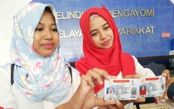 Dua warga Kotawaringin Timur yang lahir 17 Agustus dan namanya bernuansa Agus, menunjukkan SIM gratis dari Satlantas Polres Kotim.