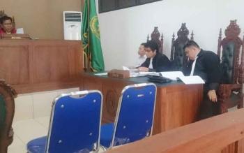 (Dari kiri) Hasanudin Agani saat menjalani persidangan didampingi kuasa hukum Rahmadi G Lentam dan Indriyanto Sadewo, Rabu (16/8/2017)