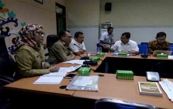 Kepala Pusat Pengembangan Kawasan Perkotaan BPIW Kementerian PUPR, Agusta Sinulingga (tiga dari kiri) rapat bersama jajaran Pemerintah Kota Palangka Raya, Selasa (15/8/2017)\r\n