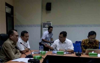 Kepala Pusat Pengembangan Kawasan Perkotaan Badan Pengembangan Infrastruktur Wilayah (BPIW) Kementerian Pekerjaan Umum dan Perumahan Rakyat (PUPR), Agusta Sinulingga (dua dari kiri) rapat dengan jajaran Pemerintah Kota Palangka Raya, Selasa (15/8/2017)