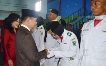 Bupati Kapuas Ben Brahim S Bahat mengukuhkan anggota Paskibra Kabupaten Kapuas di GOR Panunjung Tarung, Selasa (15/8/2017) malam.