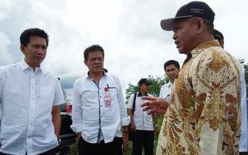 Bupati Barito Utara, Nadalsyah disampingi Kepala Dinas Pertanian Ir Setia Budi saat berbicara dengan petani