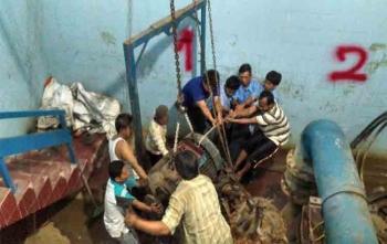 Para pekerja sedang mengangkat mesin pompa milik PDAM Kota Palangka Raya yang akan diganti dengan yang baru