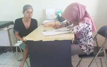 Salah satu warga binaan berobat di klinik kesehatan Lapas Klas IIb Sampit.