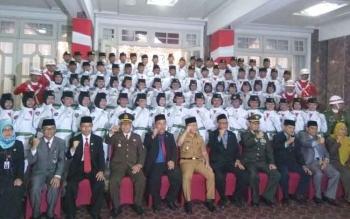 Gubernur Kalimantan Tengah, Sugianto Sabran foto dengan para anggota Paskibra, Rabu (16/8/2017)