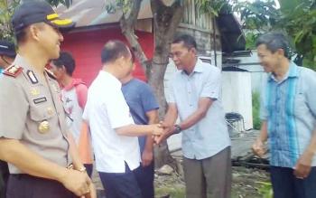 Bupati Kapuas Ben Brahim S Bahat dan Kapolres Kapuas AKBP Sachroni Anwar saat mengunjungi kampung merah putih.