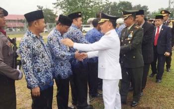 Gubernur Kalteng Sugianto Sabran menyalami peserta yang basah kuyup kehujanan, saat upacara detik-detik prokklamasi kemerdekaan Indonesia.