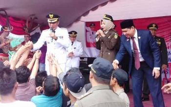 Bupati Kotim, H Supian Hadi saat bersama pihak Kejaksaan menghibur warga binaan di Lapas Klas IIb Sampit.