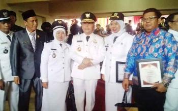 Gubernur Sugianto usai upacara hari kemerdekaan, berfoto bersama dengan para penerima penghargaan