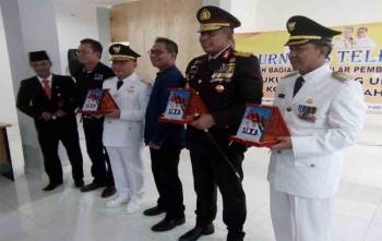Gubernur Kalteng Sugianto Sabran foto bersama dengan kapolda, walikota, Ketua IJTI Kalteng, dan Ketua Umum IJTI seusai acara peresmian kantor IJTI Kalteng, Kamis (17/8/2017)\r\n